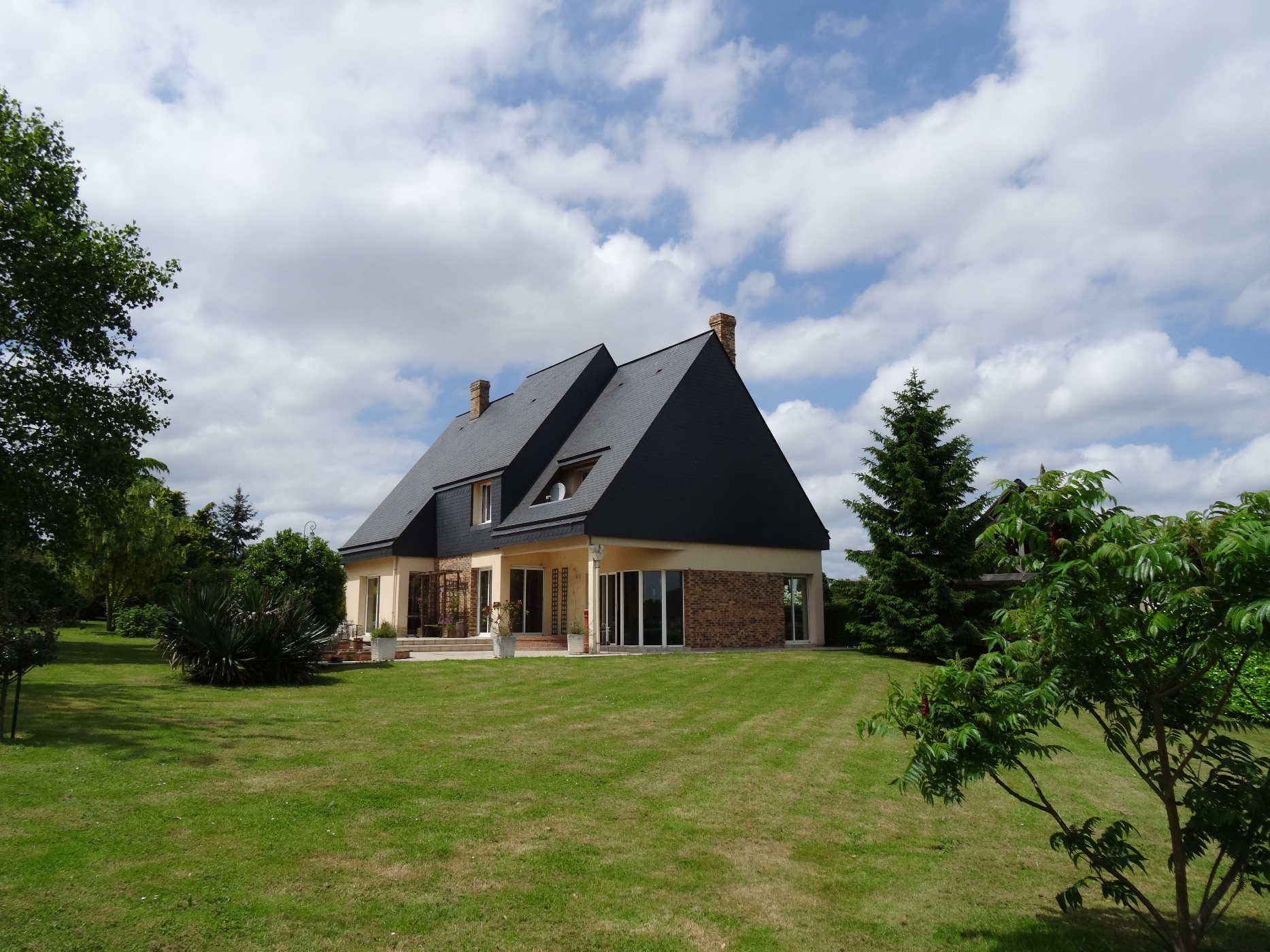Acheter vente d 39 une maison contemporaine avec une for Acheter des maisons