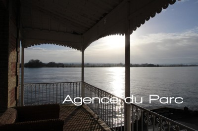 En vallée de Seine, grande demeure pleine de charme à vendre dans un bourg tous commerces, bord de Seine, en Normandie