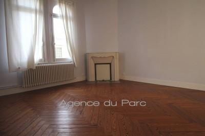 vente d'une grande maison de ville, avec 7 chambres, belles pièces de réception avec cheminées de marbre et parquets de chêne à chevrons