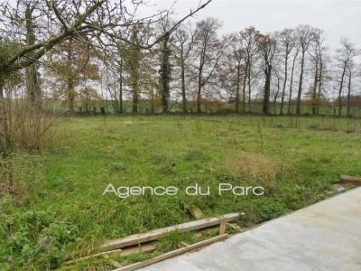 en Normandie, achat d'une maison édifiée sur un grand terrain d'1ha env, entouré d'un coté d'un talus planté, offrant une surface habitable de 180 m² env